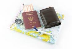 Pass, kompass, flygplan, orb och pengar, resabegrepp royaltyfri bild