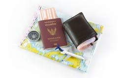 Pass, kompass, flygplan, orb och pengar, resabegrepp arkivfoton