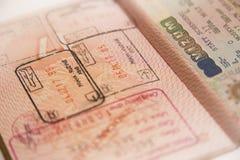 Pass med den arga det gränsstämpeln och visumet arkivfoto