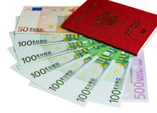 Pass och pengar Begrepp för loppkostnader som är uncropped på vit bakgrund royaltyfri fotografi