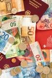 Pass och pengar från den europeiska unionen och Schweiz royaltyfri foto
