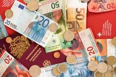 Pass och pengar från den europeiska unionen och Schweiz royaltyfri fotografi