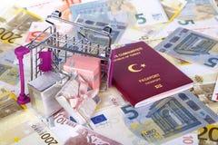 Pass och pengar som konsumerar loppbegrepp royaltyfria bilder