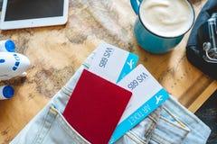 Pass och tv? flygbiljetter som klibbar ut ur facket av jeans Samla f?r att en tur eller ett lopp ska m?ta aff?rsf?retag royaltyfria bilder