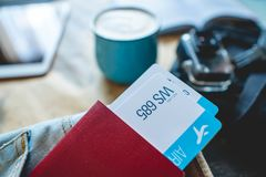 Pass och tv? flygbiljetter som klibbar ut ur facket av jeans Samla f?r att en tur eller ett lopp ska m?ta aff?rsf?retag royaltyfria foton