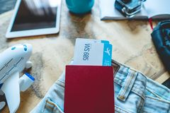Pass och tv? flygbiljetter som klibbar ut ur facket av jeans Samla f?r att en tur eller ett lopp ska m?ta aff?rsf?retag fotografering för bildbyråer