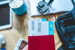 Pass och tv? flygbiljetter som klibbar ut ur facket av jeans Samla f?r att en tur eller ett lopp ska m?ta aff?rsf?retag arkivfoton