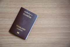 Pass Thailand på trätabellen som är klar för avvikelsetappningsignal royaltyfri bild