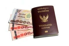 Pass und thailändischer Baht Stockbilder