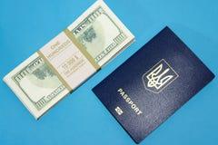 Pass und viel Geld auf einem blauen Hintergrund, Reise, Hintergrund Stockbilder