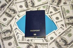 Pass und viel Geld auf einem blauen Hintergrund, Reise, Hintergrund Lizenzfreie Stockfotos