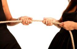 Passa a donne la corda di tiro Fotografie Stock