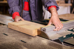 Passa il carpentiere che lavora con una sega circolare Fotografie Stock