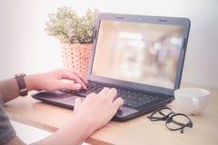 Passa il computer portatile di battitura a macchina con il fondo della sfuocatura sullo schermo, filt d'annata Fotografia Stock Libera da Diritti