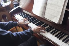 Passa il gioco del piano mentre leggono gli strati di musica fotografie stock libere da diritti