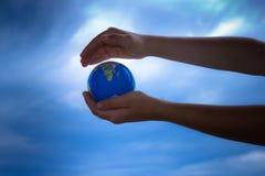 Passa il globo Immagini Stock