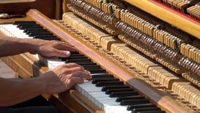 Passa il pianista che gioca il piano di musica Dettagli del piano dello strumento musicale stock footage