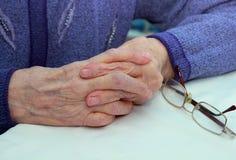 Passa la nonna anziana Immagini Stock Libere da Diritti