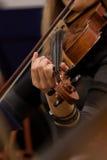 Passa la ragazza che gioca il violino immagine stock