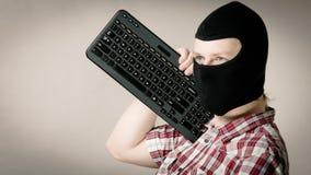 Passa-montanhas vestindo do homem que guarda o teclado Imagens de Stock Royalty Free