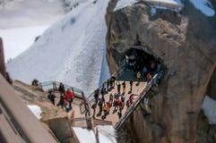 Passadiço com os turistas em Aiguille du Midi em cumes franceses Foto de Stock Royalty Free