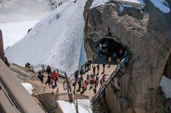 Passadiço com os turistas em Aiguille du Midi em cumes franceses Imagem de Stock
