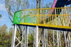 Passadiço de aço colorido que espirala acima no céu azul de wi ensolarados Fotografia de Stock Royalty Free