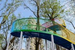 Passadiço de aço colorido que espirala acima no céu azul do wint ensolarado Foto de Stock Royalty Free