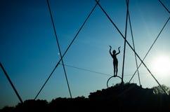 Passadiço de Bernatek do pai do ` s de Krakow e figuras acrobáticas pelo artista polonês Jerzy Jotki Kedziora fotos de stock