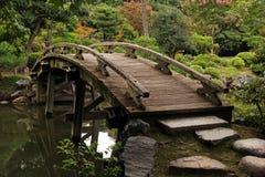 Passadiço de madeira no jardim japonês Foto de Stock