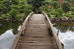 Passadiço de madeira no jardim japonês Imagens de Stock