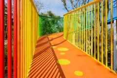 Passadiço pedestre colorido que espirala acima no céu azul no winte Imagem de Stock