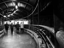 Passadiço pedestre que vai MRT3 ao estação de caminhos-de-ferro, Filipinas Imagem de Stock