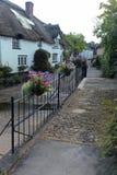 Passadiço pedestre sobre um córrego na borda de uma vila de Devon imagens de stock