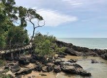 Passadiço que passa sobre as rochas pelo oceano Foto de Stock Royalty Free