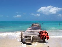 Passadiço sobre o oceano de turquesa foto de stock