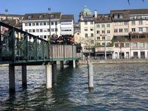 Passadi?o de Muehlesteg ou de Muhlesteg ou dado Liebesbrucke von Zurique fotos de stock royalty free