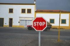 Passaes rouges de camion par un village dans la région de l'Alentejo, Portugal photos libres de droits