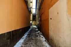 Passage étroit entre les bâtiments images stock