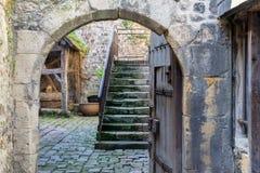 Passage aan binnenplaats in middeleeuwse stad Honfleur in Normandië, Frankrijk Royalty-vrije Stock Foto
