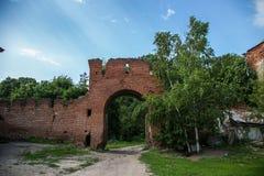 Passage abandonné et envahi de brique rouge à l'ancien manoir du ` s de Kikin Ermolov, région de Riazan, Russie Photographie stock