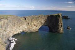 Passage arqué chez Vik, Islande image stock