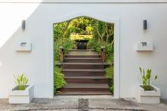 Passage arqué décoratif à un jardin Photo stock
