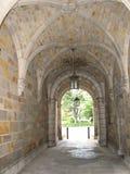 Passage arqué en pierre avec les lampes en verre Images libres de droits