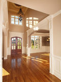 Passage arqué intérieur à la maison de luxe modèle d'entrée avant Photos libres de droits