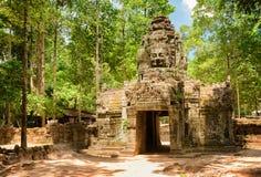 Passage au temple antique de som de ventres en stupéfiant Angkor, Cambodge Photos libres de droits
