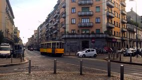 Passage av en typisk gul Milan spårvagn längs en Milan gata stock video