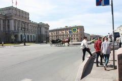 Passage av vagnar p? fyrkant f?r St Isaacs i Petersburg arkivfoton