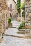 Passage avec des escaliers dans Peratallada Images stock