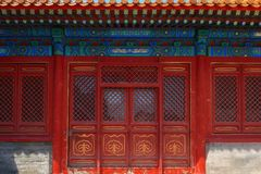 Passage avec les portes chinoises rouges Photo stock